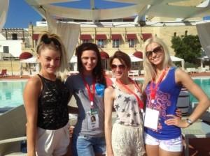 da sx Jasmine (Australia), Olga (Russia), Ivana (Macedonia), Ekaterina (Estonia). Sullo sfondo il Messapia Hotel