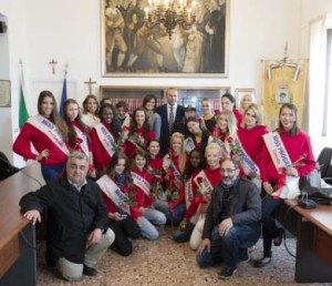 the contestants with the mayor Longo and the other city authorities